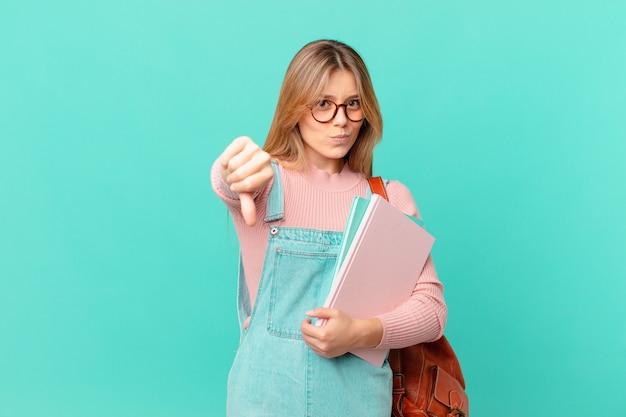 Jovem estudante se sentindo zangada, mostrando os polegares para baixo
