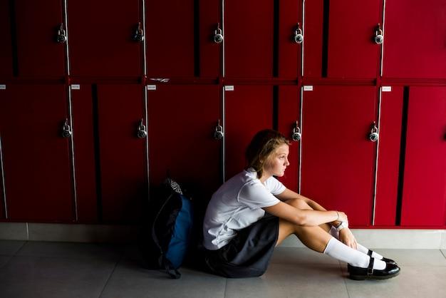 Jovem estudante torturando o bullying escolar
