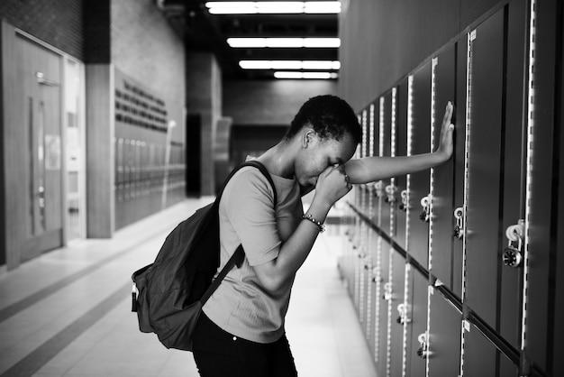 Jovem estudante triste no corredor