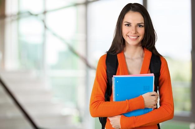 Jovem estudante universitária em segundo plano