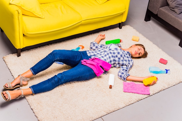 Jovem exausta depois de limpar a casa