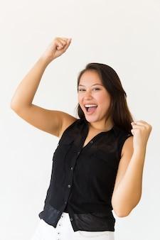 Jovem excitada levantando os punhos