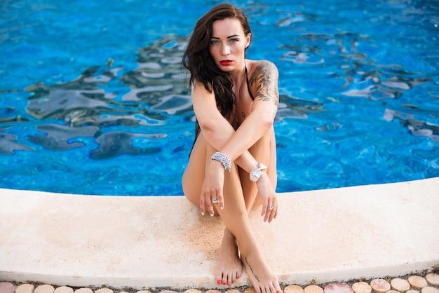Jovem, excitado, mulher, perto, para, piscina, desgastar, pretas, terno natação