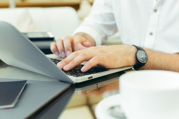 Jovem executa o trabalho em um laptop