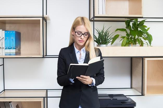 Jovem, executiva, com, agenda, ficar, em, modernos, escritório