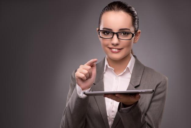 Jovem, executiva, trabalhando, com, tabuleta, computador
