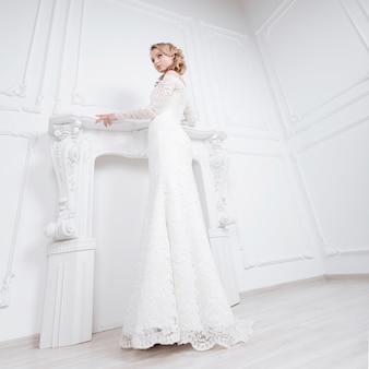 Jovem experimentando um vestido de noiva maravilhoso