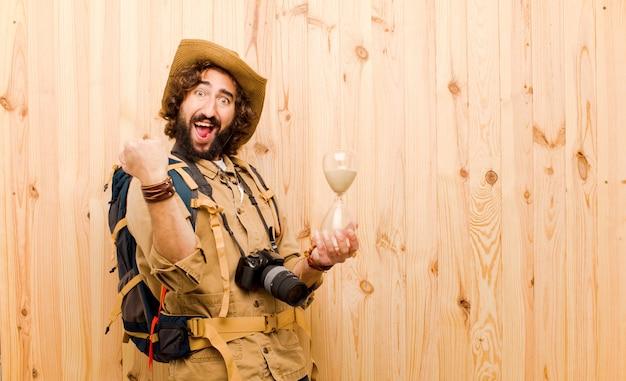 Jovem explorador louco com chapéu de palha e mochila