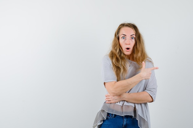 Jovem expressiva posando no estúdio