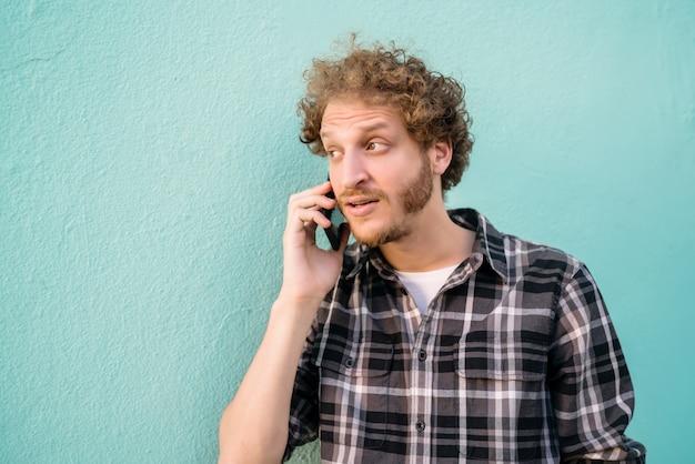 Jovem, falando ao telefone.