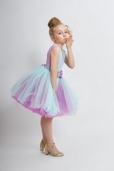 Jovem falta beleza em um lindo vestido.