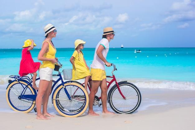 Jovem família feliz durante férias de praia tropical