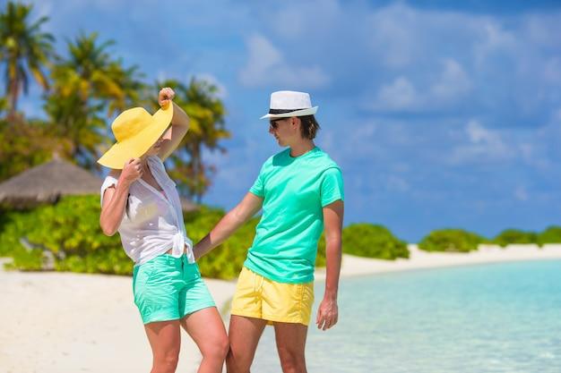 Jovem família feliz na praia branca em férias de verão
