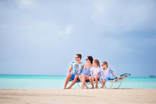 Jovem, família, férias, em, sunbeds, branco, praia