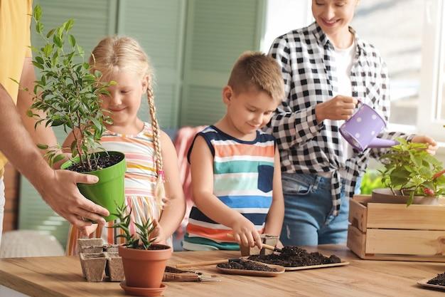 Jovem família plantando plantas em casa