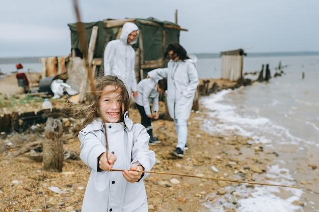 Jovem família se divirta perto do quartel no lago