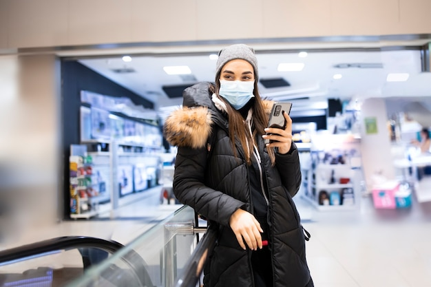 Jovem fazendo compras no shopping durante a pandemia de coronavirus