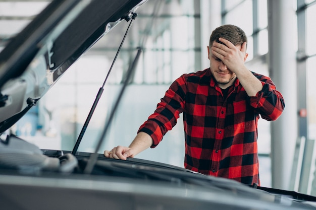 Jovem fazendo diagnóstico do veículo