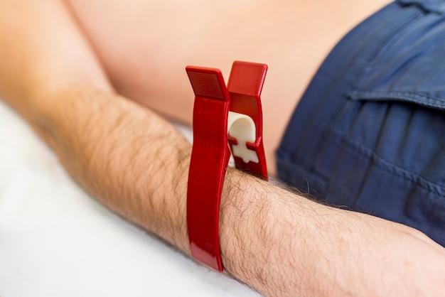 Jovem fazendo ecg preventiva no hospital