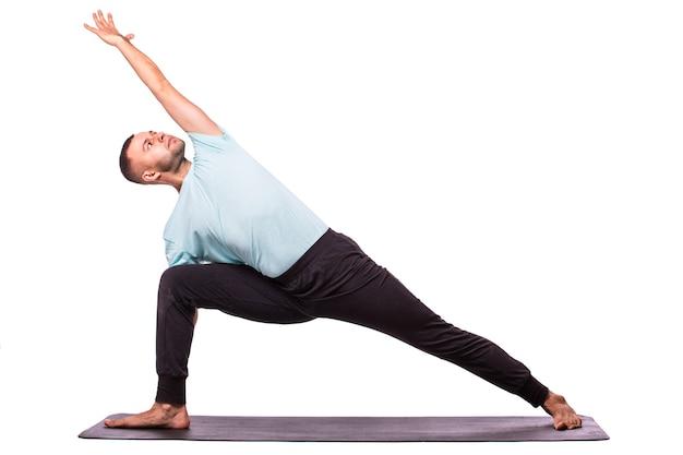 Jovem fazendo ioga isolado sobre fundo branco