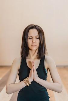 Jovem fazendo ioga