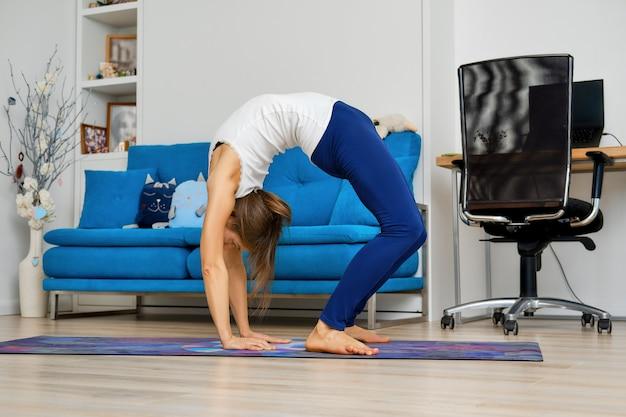 Jovem fazendo pose de ioga com arco para cima
