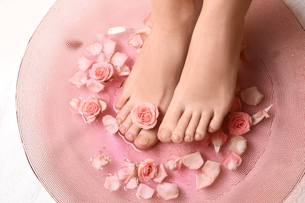 Jovem fazendo tratamento de pedicure em spa em salão de beleza