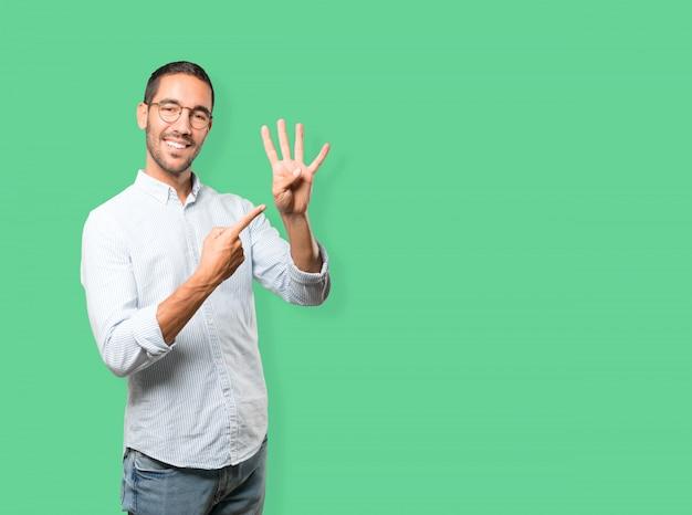 Jovem fazendo um gesto de número quatro