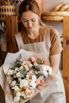 Jovem fazendo um lindo arranjo floral