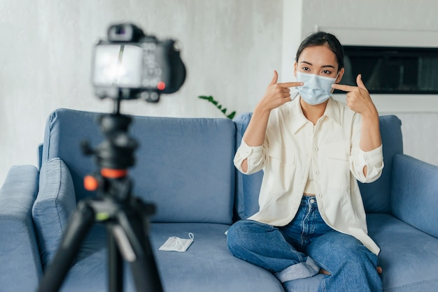 Jovem fazendo um vlog sobre máscaras médicas