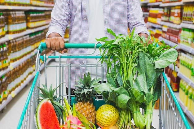 Jovem, fazer compras no supermercado.