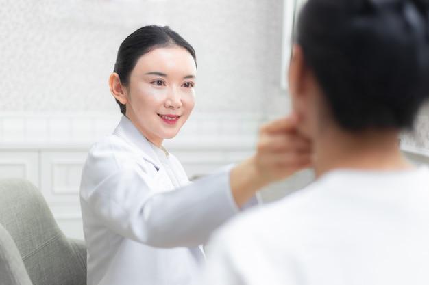 Jovem, feliz, asiático, femininas, doutor, dar, consulta, sessão, para, dela, femininas, paciente