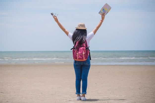 Jovem feliz asiático gril na praia