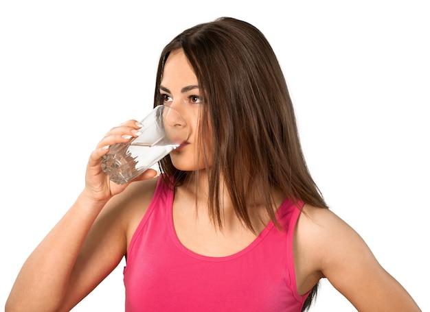 Jovem feliz bebendo água