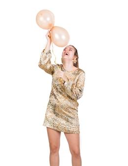 Jovem feliz com balões