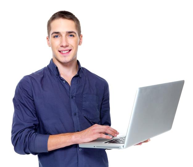 Jovem feliz com laptop isolado no branco