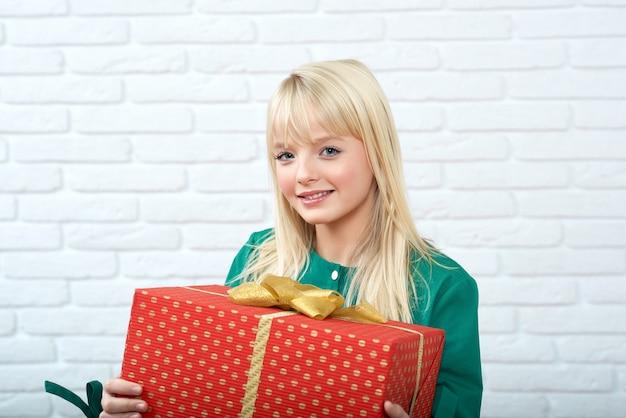 Jovem feliz com um presente