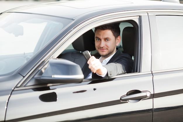 Jovem feliz comprou carro moderno novo