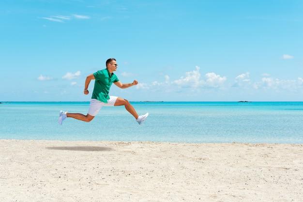 Jovem feliz correndo na praia