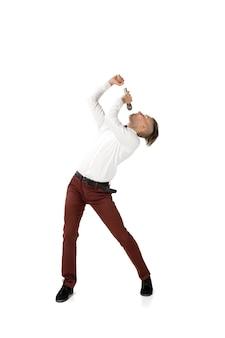 Jovem feliz dançando com roupas casuais ou terno, refazendo movimentos lendários de celebridades