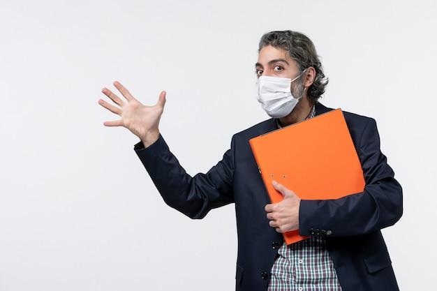 Jovem feliz de terno e segurando seus documentos, mostrando cinco na superfície branca