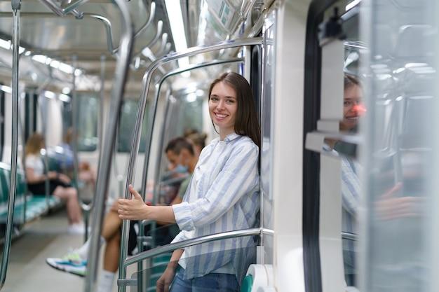 Jovem feliz dentro de um estudante de metrô voltando para casa de um exame bem-sucedido na universidade