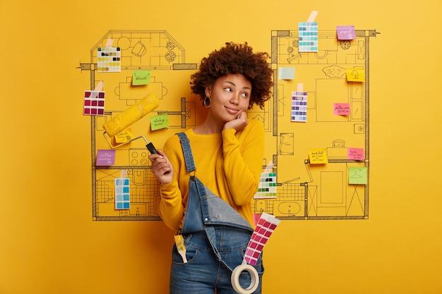 Jovem feliz designer planejando reforma de apartamento moderno