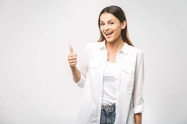 Jovem feliz e alegre mostrando o polegar