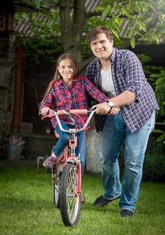 Jovem feliz e garota andando de bicicleta e relaxando no parque