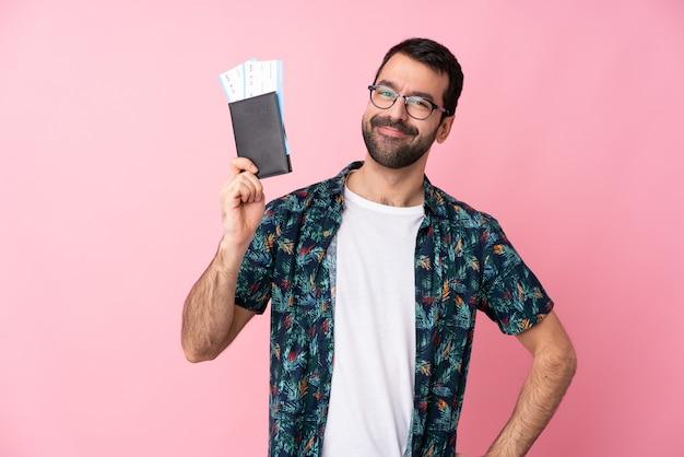 Jovem feliz em férias com bilhetes de avião e passaporte