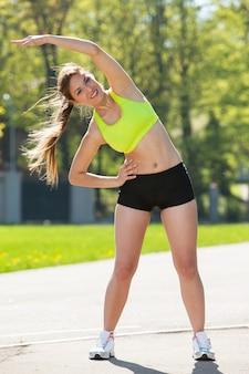 Jovem feliz exercitando ao ar livre