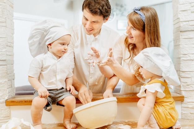 Jovem feliz família caucasiana mãe pai e filho