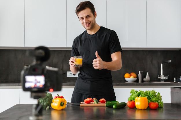 Jovem feliz filmando seu episódio de blog de vídeo