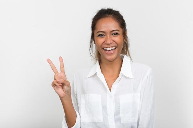 Jovem feliz linda empresária asiática com cabelo castanho